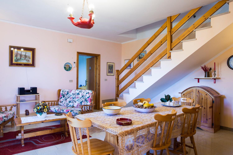 La sala comune: tavolo per la colazione e salottino